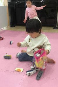 電車のおもちゃで遊ぶ子どもたち5